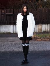 mes memos,blogger,white coat,fluffy,fuzzy coat,knee high socks,white fluffy coat,cropped sweater,black sweater,sweater,black skirt,mini skirt,skirt,socks,high socks