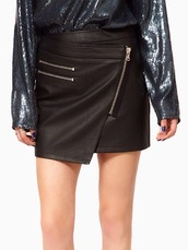 skirt,blogger trend,leather look mini skirt,mini skirt,asymmetrical skirt,zipped skirt,faux leather mini skirt