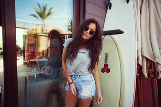 fanny lyckman blogger shorts grey t-shirt ripped shorts round sunglasses