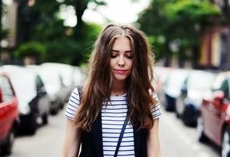 jestem kasia blogger t-shirt striped t shirt wavy hair