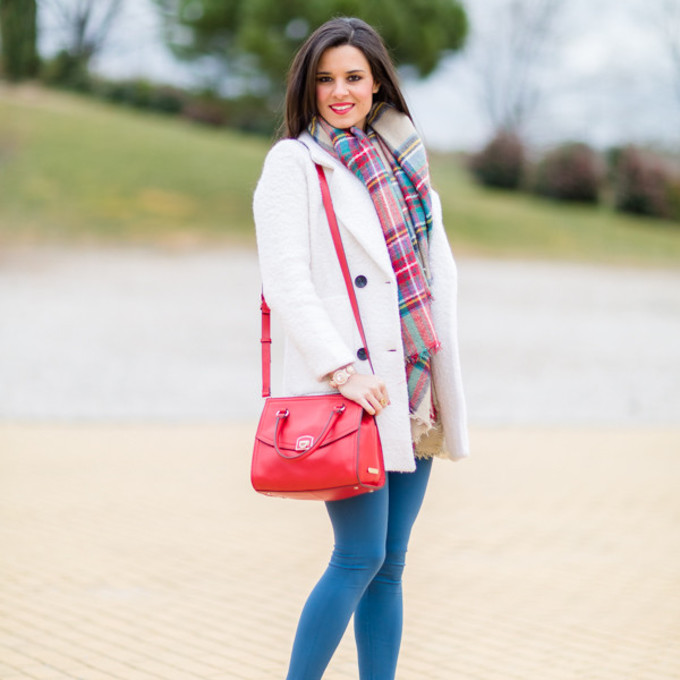 jeggings blogger tartan bag crimenes de la moda white coat nude high heels scarf red