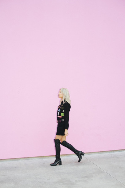 that's chic blogger black boots black skirt jacket skirt shoes