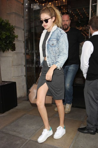 gigi hadid model denim jacket skirt crop tops sneakers white sneakers shearling denim jacket casual chic model off-duty jacket cropped jacket shearling jacket shearling blue jacket grey skirt slit skirt grey top low top sneakers platform sneakers gigi hadid style celebrity style celebrity
