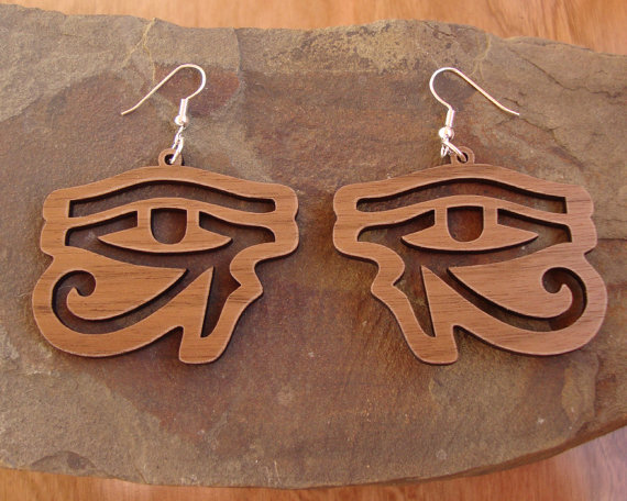 Sustainable wooden earrings  eye of horus  in walnut  par kcsglass