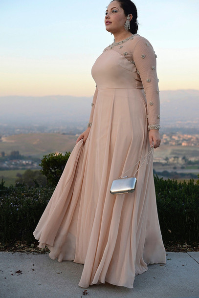 girl with curves blogger nude dress curvy earrings clutch silver embellished