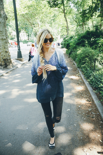 barefoot blonde blogger ombre shirt skinny jeans