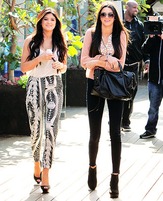 kendall and kylie jenner pattern bag heels sunglasses skinny jeans skinny pants boho indie summer outfits spring outfits blouse cardigan kendall jenner print aztec jeans top high heels sunnies hippie hippie chic sweater boho chic harem harem pants boho shirt indie boho kylie jenner patterned dress