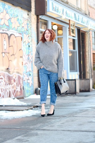 tf diaries blogger sweater jeans shoes bag handbag grey swe winter outfits pumps