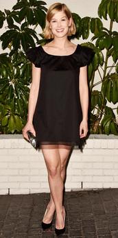 dress,rosamund pike,black dress,pumps