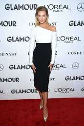 skirt,karlie kloss,model off-duty,black and white,midi skirt,high waisted,pumps,white,white top