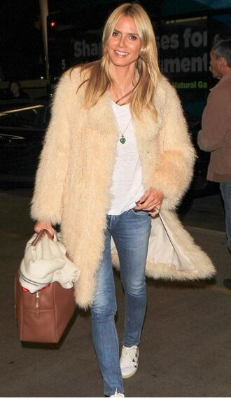 coat fur fall outfits fur coat heidi klum jeans shoes big fur coat beige coat long coat bag brown bag blue jeans top white top sneakers white sneakers low top sneakers