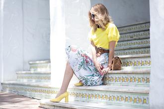 mi aventura con la moda blogger skirt t-shirt shoes bag jewels yellow top yellow shoes pumps midi skirt brown bag summer outfits
