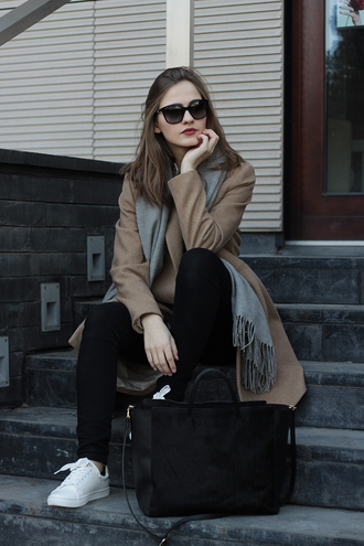 so in carmel blogger grey scarf camel coat black bag white sneakers