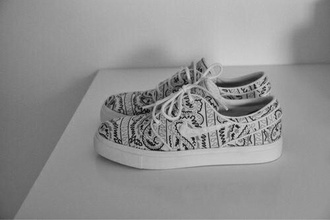 shoes black shoes white shoes nike black and white shoes nike nike shoes cute trendy pale grunge tumblr weheartit