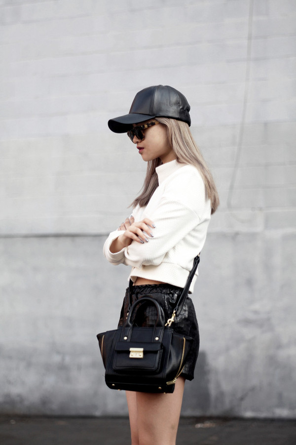 la vagabonde dame leather shorts leather cap black cap white sweater black leather bag black bag leather bag outfit idea dope tortoise shell sunglasses black baseball hat