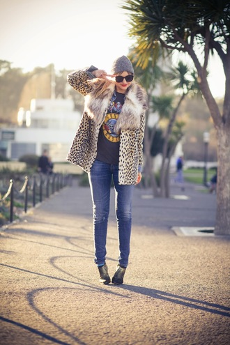 shoes jeans t-shirt coat scarf late afternoon