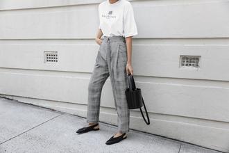 modern legacy blogger t-shirt pants bag jewels white t-shirt grey pants flats