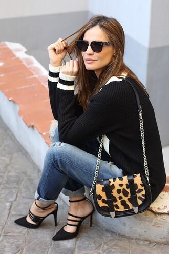 lady addict blogger jeans sunglasses animal print shoulder bag knitted sweater black heels animal print bag
