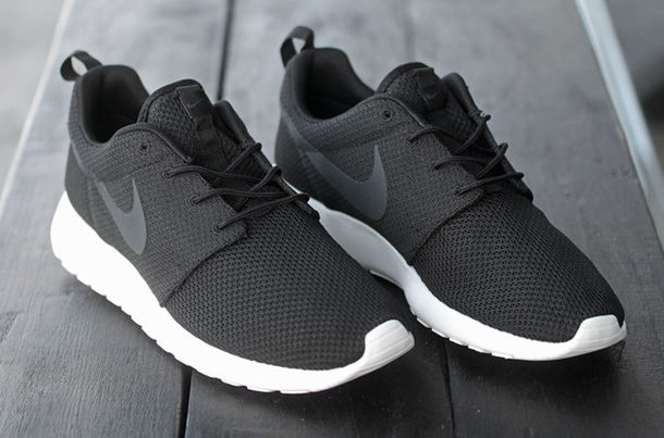 nike roshe run black and black
