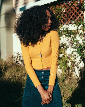 shirt yellow curly hair jeans