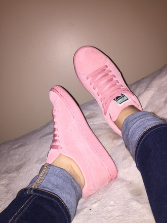 shoes pink puma girl outfit teenagers sneakers love perfect jeans fashion style pastel pastel pink pumas suede suede sneakers light pink sued puma sneakers light pink pumas pink sneakers low top sneakers puma suede puma pink