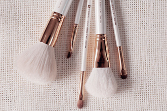 white holiday gift brown jewels gold marc jacobs daisy make-up sephora makeup brushes