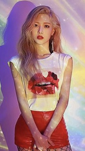 t-shirt,kim lip,shorts