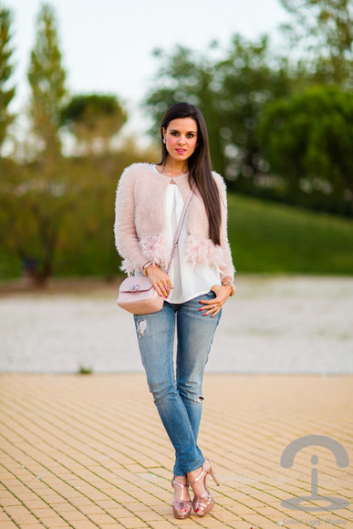 feathers jewels blouse crimenes de la moda blogger jeans clutch cardigan