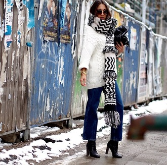 nina @ www.helloshopping.de - it's a blog. blogger sweater scarf jeans shoes bag