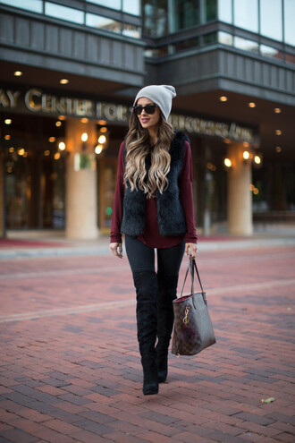 maria vizuete mia mia mine blogger jacket top jeans shoes hat sunglasses bag black fur vest