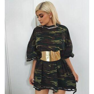 dress kylie jenner green belt blonde hair dark camouflage gold belt cute t-shirt dress t-shirt khaki army green top army green oversized oversized t-shirt shirt army print gold instagram kimkardashian #
