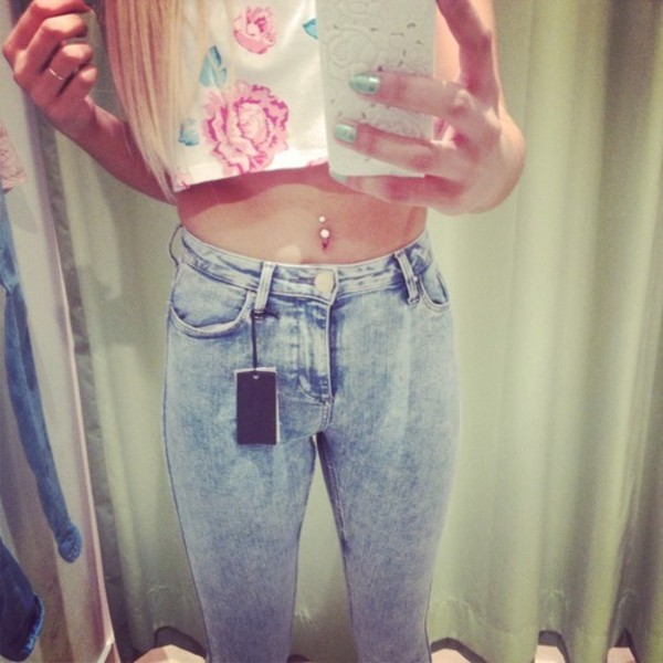 jeans blue jeans skinny skinny pants belly ring peircing rose roses selfie nail polish blouse shirt t-shirt top jewels accessories