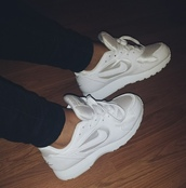 shoes,sneakers,nike,white,low top sneakers,white sneakers,all white everything,nike sneakers,nike white sneakers trainers,nike shoes,nike running shoes,tumblr shoes,nike white sneakers,white shoes