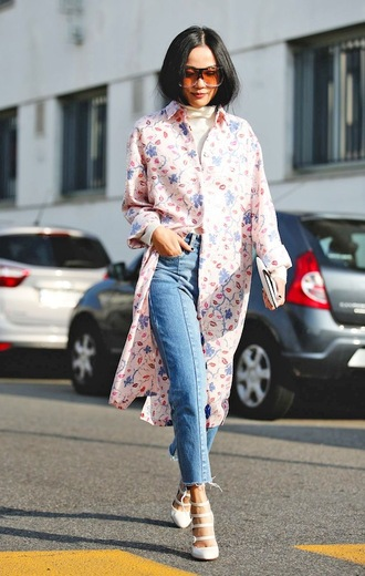 le fashion image blogger frayed denim white heels straight jeans floral shirt shirt dress pink shirt oversized sunglasses streetstyle spring outfits frayed jeans