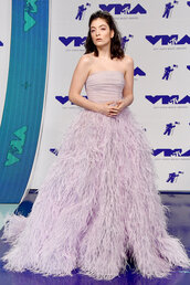 dress,lorde,gown,prom dress,feathers,feather dress,vma,mtv,wedding dress