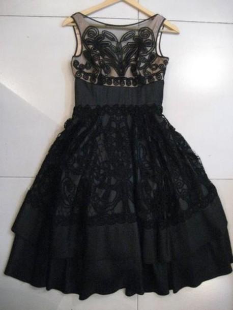 Платье с пышной юбкой в стиле New Look. Приталеное свреху, с пышной юбкой с красивыми складками у пояса