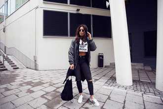 fanny lyckman blogger cropped sweater ripped jeans skinny jeans bomber jacket
