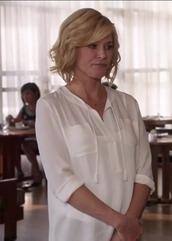 shirt,claire dunphy,modern family,julie bowen,white