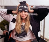 hat,cara delevingne,jacket,black and white,look,beanie,high brows,snapback,yin yang,black,crop,like,croped,cool,teenagers,grunge,swag,follow me!,beautiful,model,hipster,girl,hobo,white,high brow,cute,edgy,eyebrows