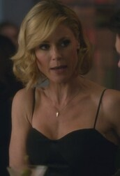top,modern family,claire dunphy,julie bowen,silk,black