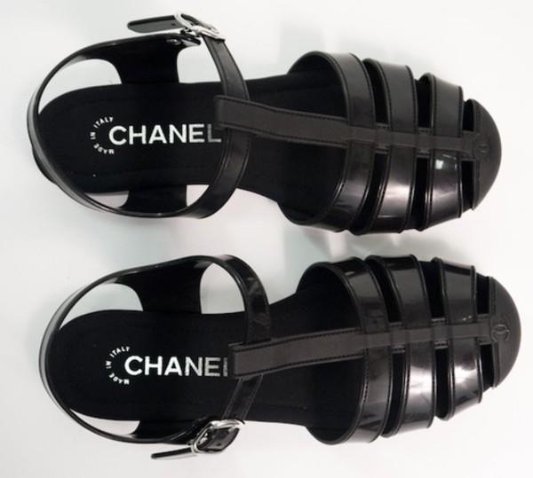 shoes wolf-raw-r chanel black black shoes flats sandals tumblr summer shoes black sandals jellies