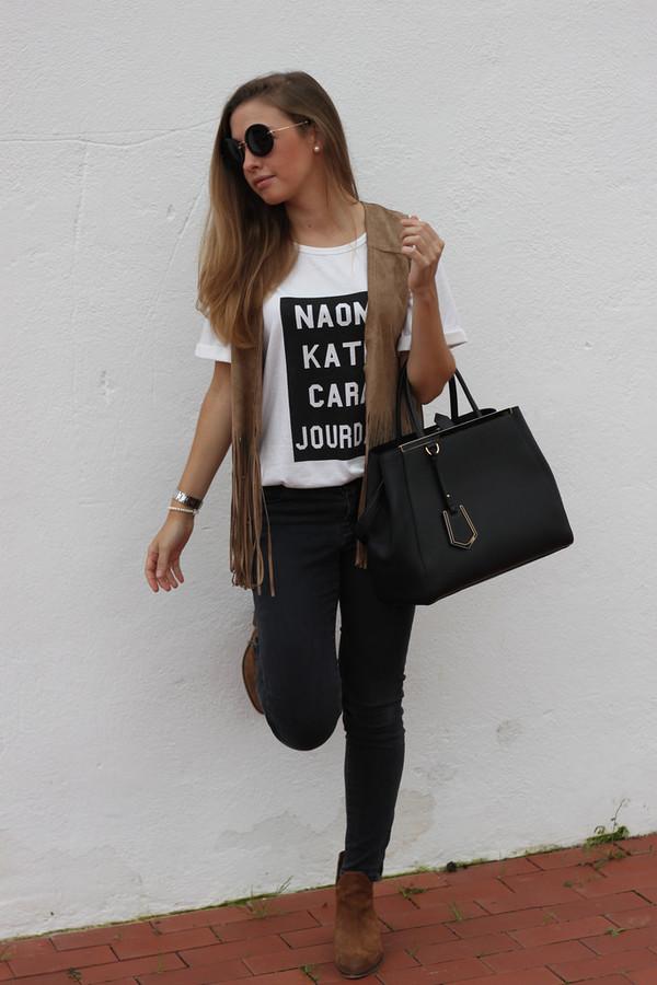 say queen blogger t-shirt jeans jacket bag sunglasses