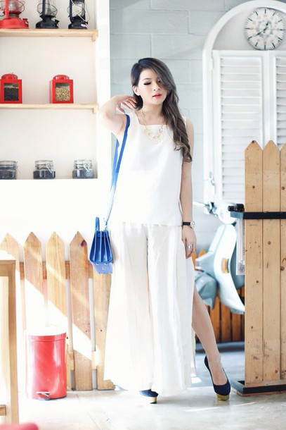 brown platform blogger slit white top wide-leg pants slit pants white pants blue bag