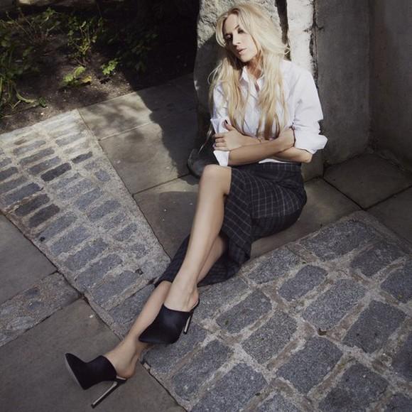 midi skirt top high heels black shoes white long sleeve motifs classy