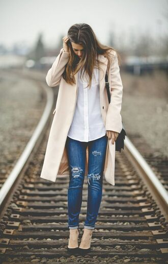 jeans white shirt beige coat black handbag distressed denim jeans blogger black heels