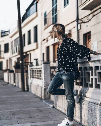 shirt tumblr black shirt stars denim jeans blue jeans sneakers low top sneakers white sneakers