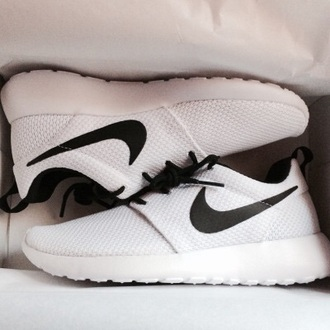 shoes low top sneakers nike black and white sneakers roshe runs white black