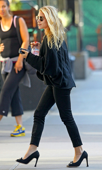 ashley olsen sweater shoes pants