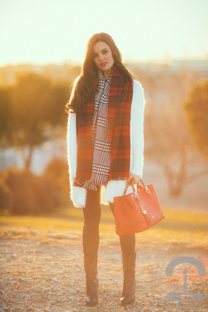 crimenes de la moda blogger white coat fuzzy coat tartan scarf red bag scarf cardigan sweater jeans shoes bag
