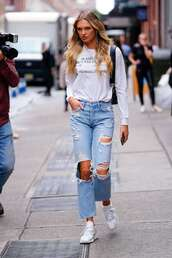 jeans,romee strijd,model off-duty,streetstyle,sneakers,casual,sweatshirt,ripped jeans
